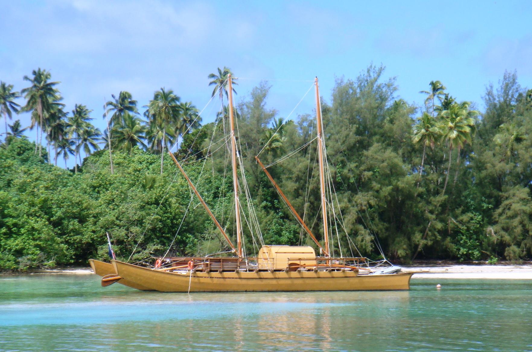 Double_hulled_vaka,_Rarotonga_2010.jpg
